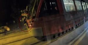 Tramvaya asılan çocuk şoke etti!